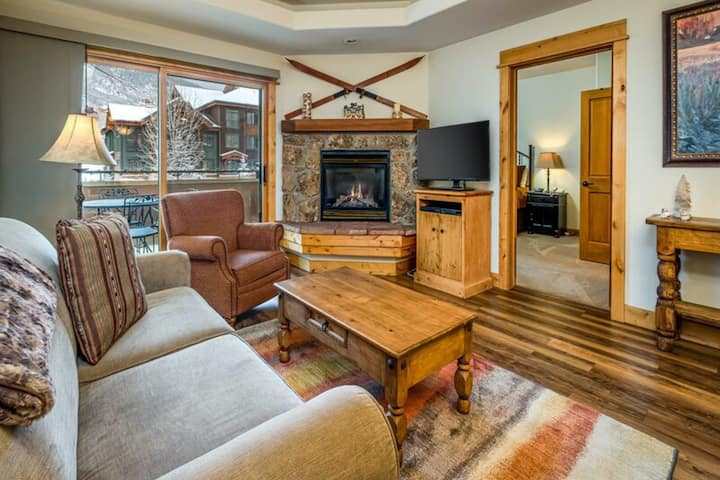 Ideal ski-cation condo w/ a shared pool & gym - 450 yards to the gondola