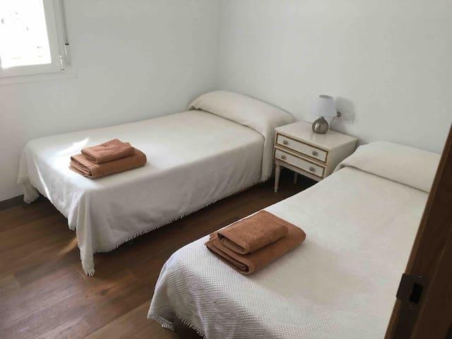 Dormitorio 2º. Dos camas y armario empotrado