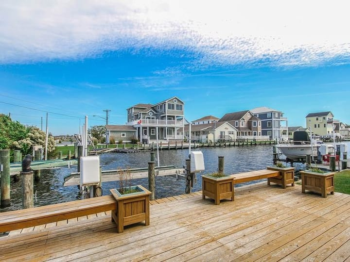 Cape Windsor house w/ board games, private gas grill, and balcony