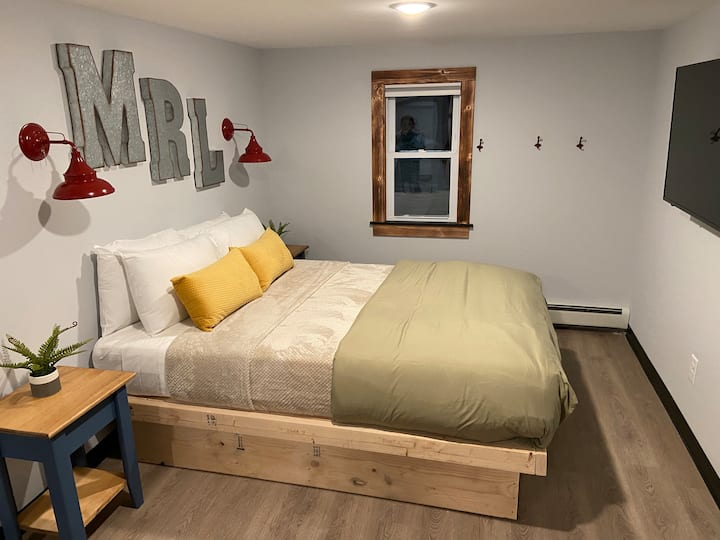 Standard 1 Queen Bed & 1 Futon - Mad River Lodge