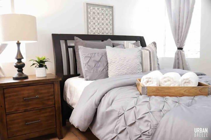 Segunda habitación con aire acondicionado y cama queen.