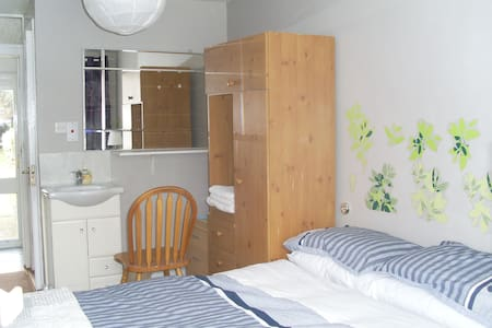 Private double room self contained - Artane - Huis