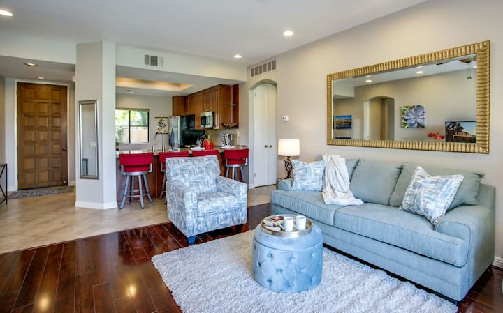Golf-view condo w/ a gated entrance, shared hot tub, tennis, & pools