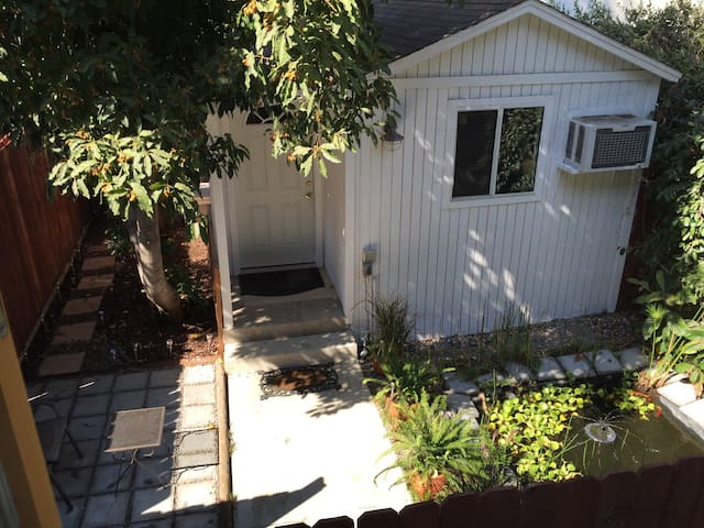 Serene guesthouse Studio City Hills great location