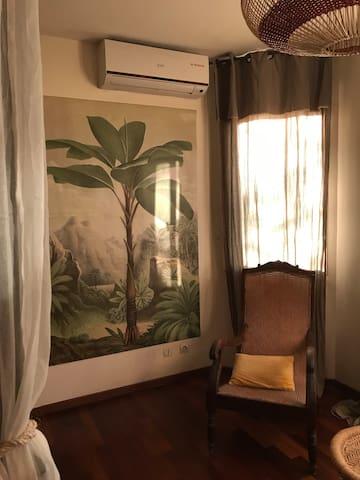 Fauteuil créole et palmier échasse