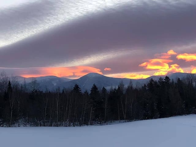 SC15: Beautiful Mountain Views! Renovated Bretton Woods Resort condo  with easy access to Mt Washington, Skiing, Conway, and the white mountains! Discounted cog tickets and GROCERY DELIVERY AVAILABLE!
