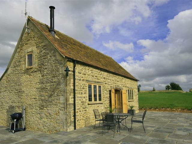 CALCOT PEAK BARN, romantic, with open fire in Northleach, Ref 988803