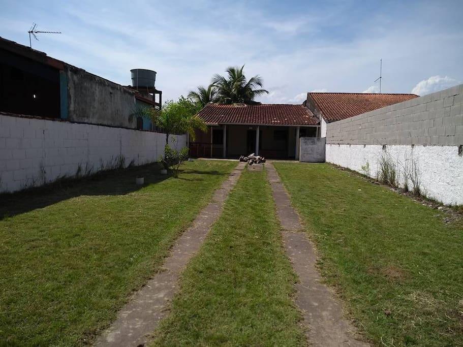 Entrada da casa, com quintal grande com capacidade para 5  carros.