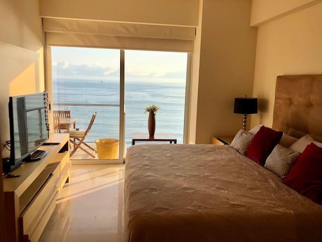 Habitación con salida al balcón, vista a la bahía, no tiene baño dentro de la recámara .  Cuenta con cajones en el mueble de Tv , burós , también cajones en la base de la cama, igualmente tiene una mesita para poner la maleta .