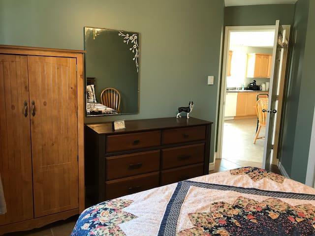 The bedroom. The cabinet to the left holds extra blankets and pillows. La chambre à coucher. L'armoire de gauche contient des couvertures et des oreillers supplémentaires.