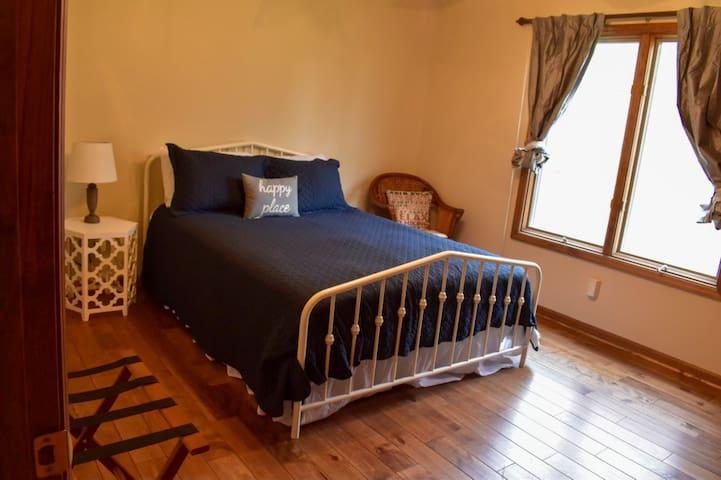 Queen Suite Hummingbird Room