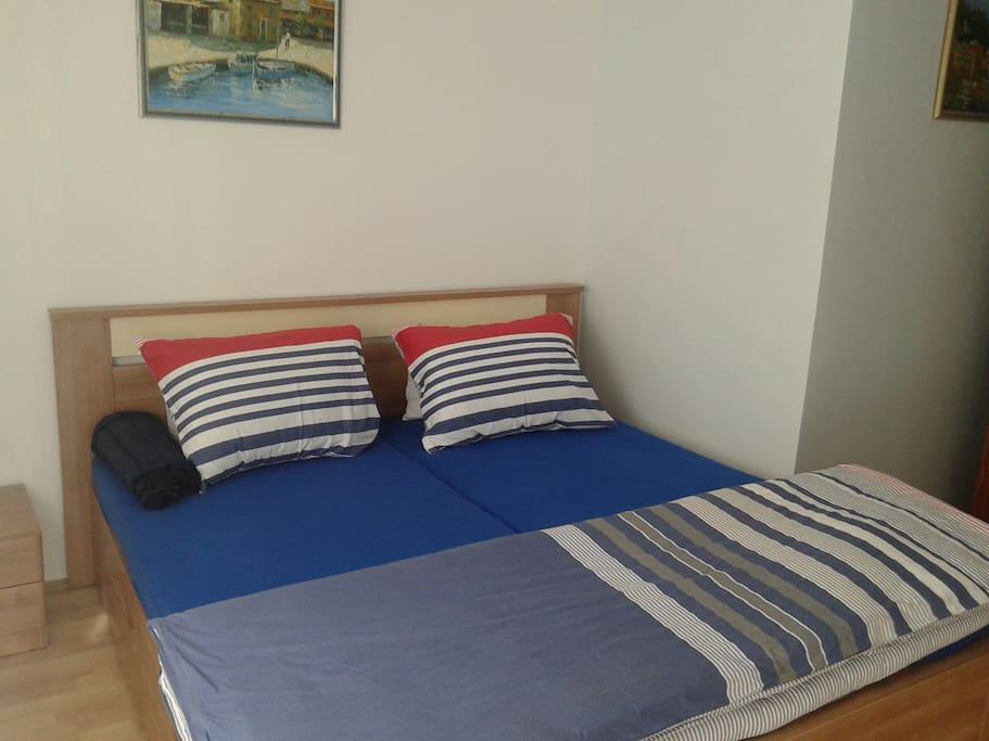 Komfortables Ehebett 1,80x2,00m und Garderobeschrank.