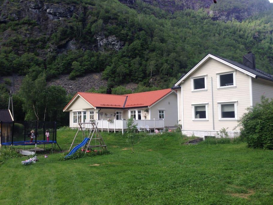Huset til høgre i bilde leies ut. Vertskapet bur i nye huset til venstre i bildet. Barnevennlig med leike apperat i Hagen som kan brukes, bla trampoline, husker, sandkasse