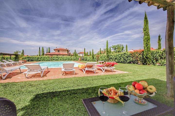 Cottage with pool, air conditioning in Tuscany