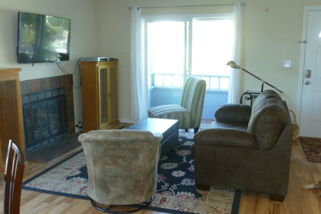 Living room with large TV, balcony and WiFi Internet access.
