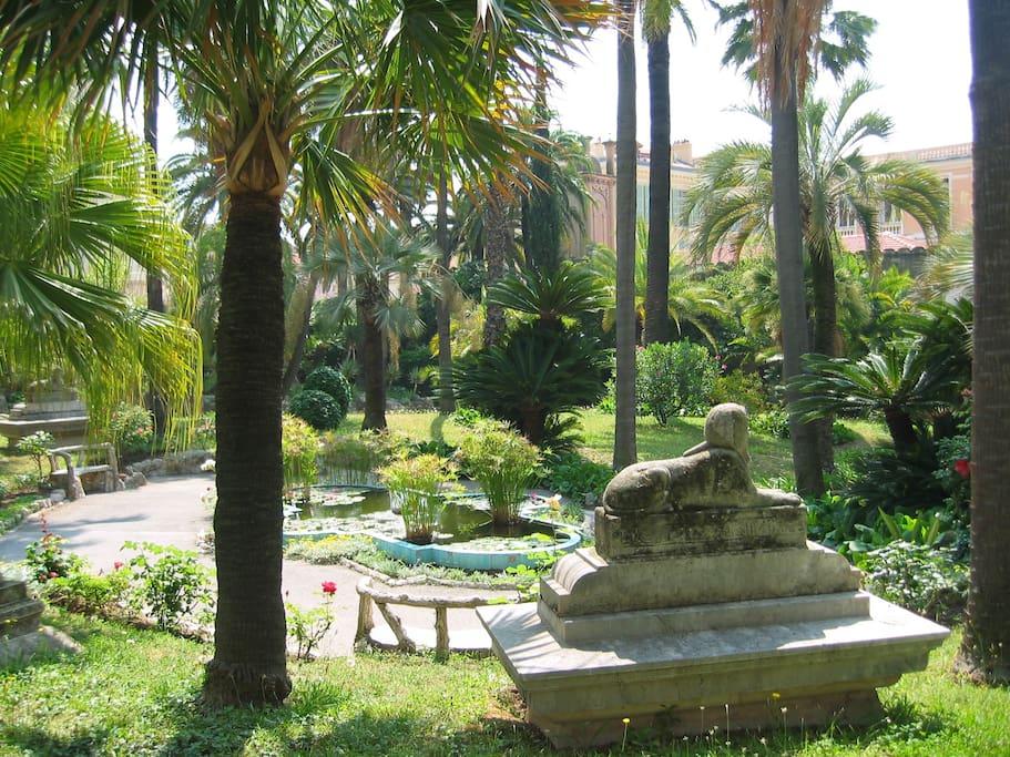 Vue du parc avec son Sphinx en statue où il est bon de se promener
