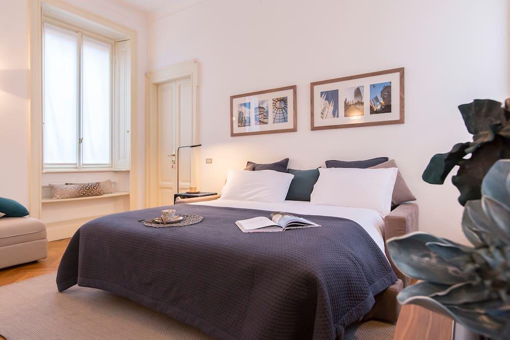 Soggiorno con divano letto King-size si può isolare durante la notte dal resto dell'appartamento con due doppie porte per garantire più privaci
