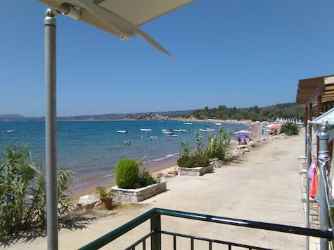 Loutsa Finikounta, 1room Apartment on the beach
