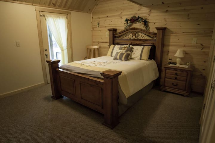 B&B Room, Wooded Surroundings and Hot Tub!