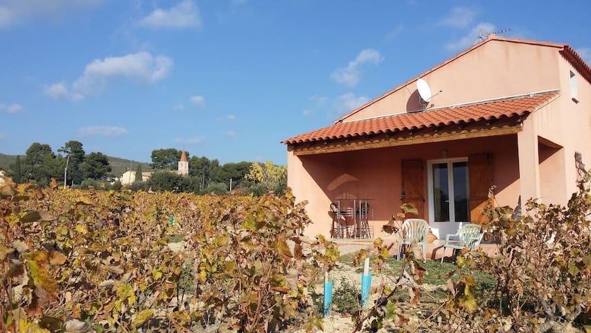 """Chambres d'hôtes situées """"Au Milieu des Vignes """" - Le Castellet - House"""