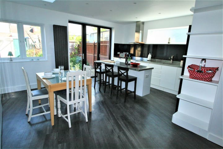 Spacious, modern townhouse off vibrant Mill Road