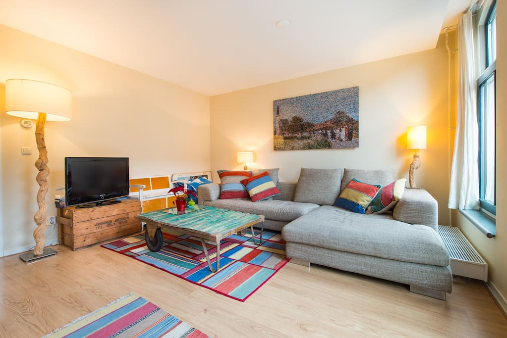 Enjoy Amsterdam from our cosy living room with canal view!