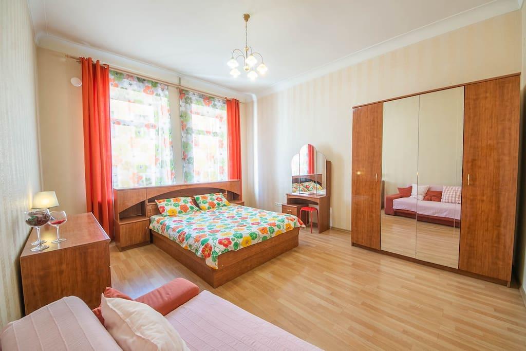 Lockable bedroom with a full-size double bed / Спальня с полноценной двуспальной кроватью