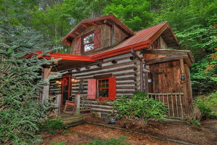 Authentic Log Cabin, paved road access  HOTTUB!
