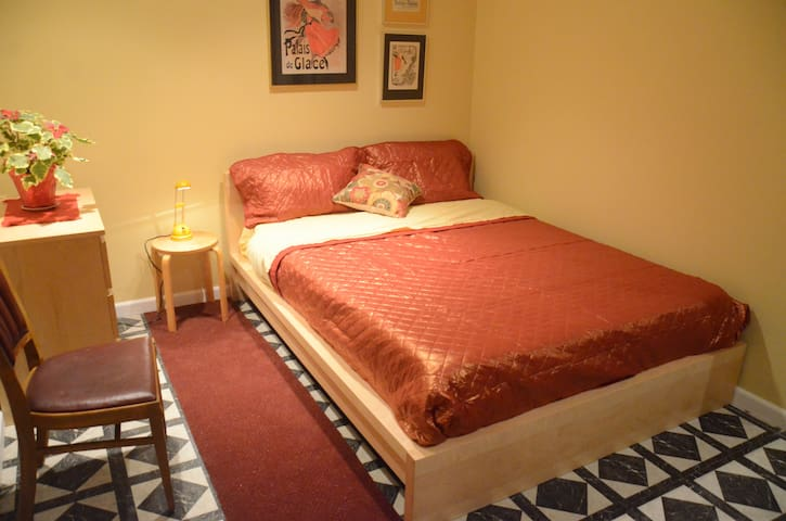 Cozy Red Brick Room -Great Location - Seattle