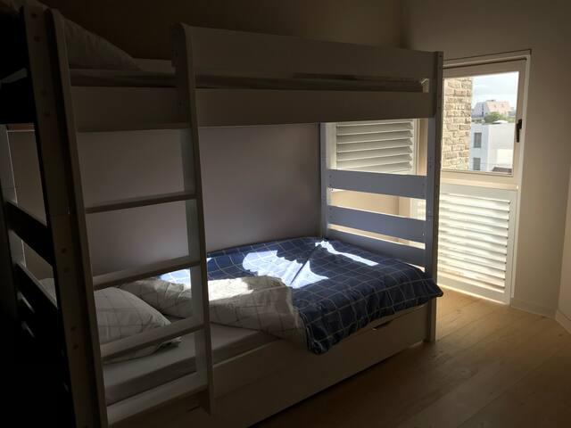 Chambre avec 3 lits simples de 80x200cm dont un est escamotable. Les lits seront faits pour votre arrivée si vous choisissez l'option Draps de lit.
