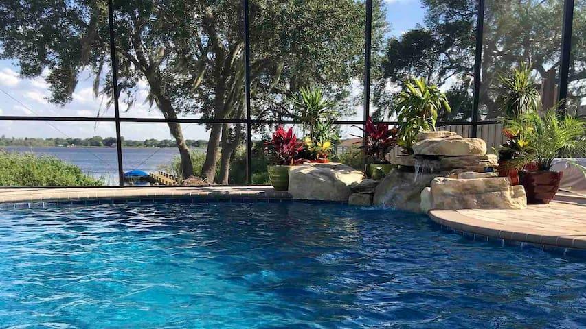 Beautiful Lakefront Villa W/Pool