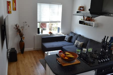 Bright room in refurbished house, close to City!