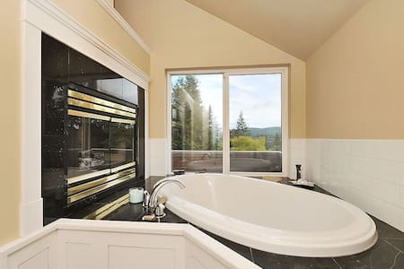 Castle Bedroom with Soaker Tub and Fireplace! - Brentwood Bay - Haus