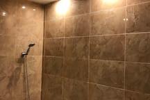 Salle de bain qui donne sur la chambre a coucher 1