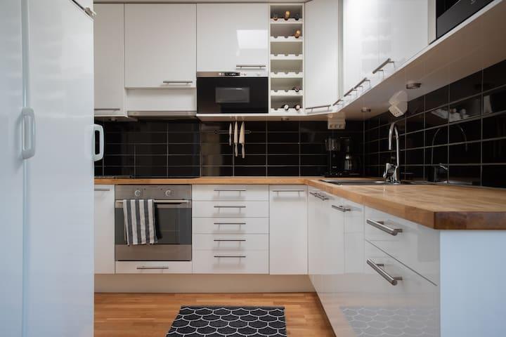 Ljust kök med gott om plats för matlagning