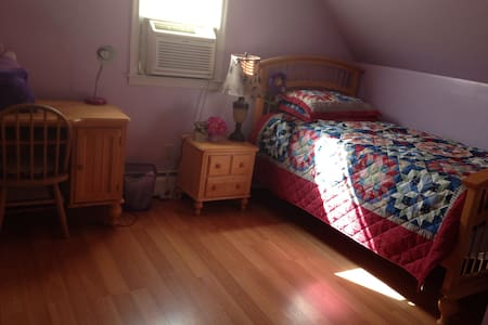 Private Bedroom on a Cape Cod House - Parkville - 独立屋