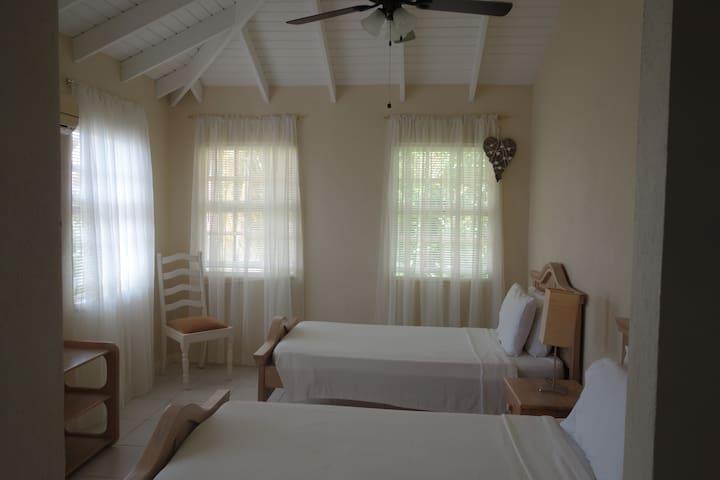 2nd bedroom, with en-suite, wardrobe/drawers
