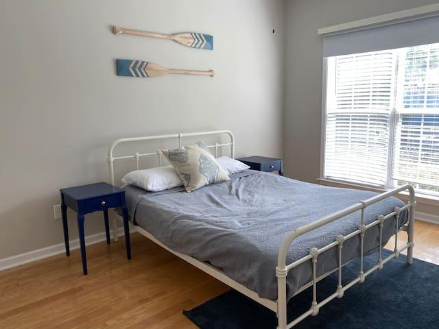 Guest bedroom (queen) main level, closet space