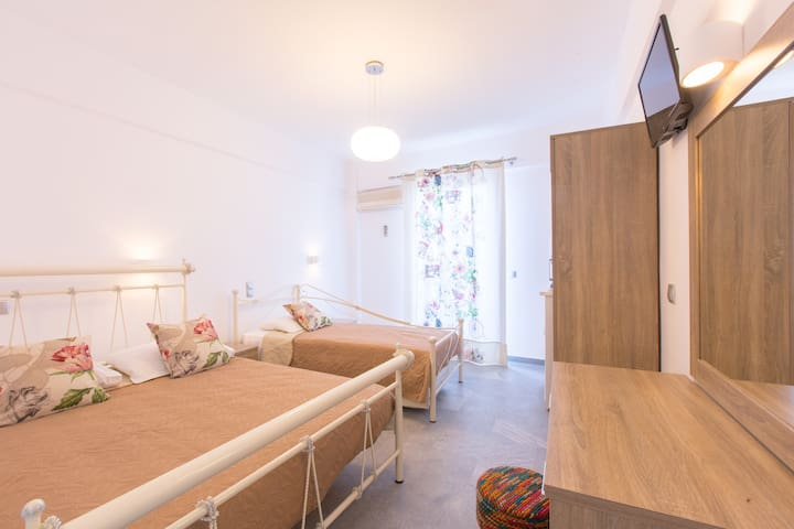George studios room 20 metres from the sea