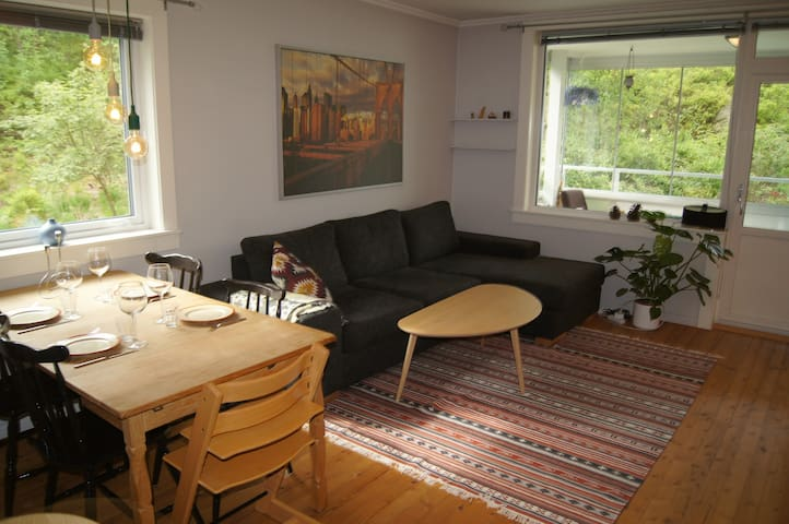 Central, cozy apartment by idyllic forest