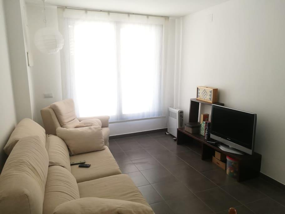 Sala d'estar amb molta llum en planta baixa en un carrer molt tranquil.