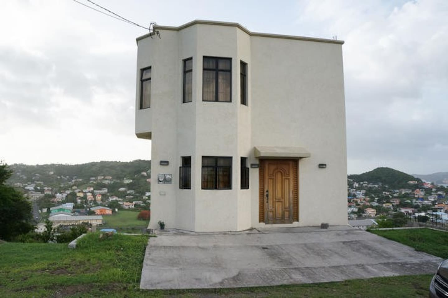 House on the hill, modern, very clean, close to airport, beach, shopping city. Safe secure neighborhood, regularly patrolled by University security, burglar bars and mosquito mesh on all windows