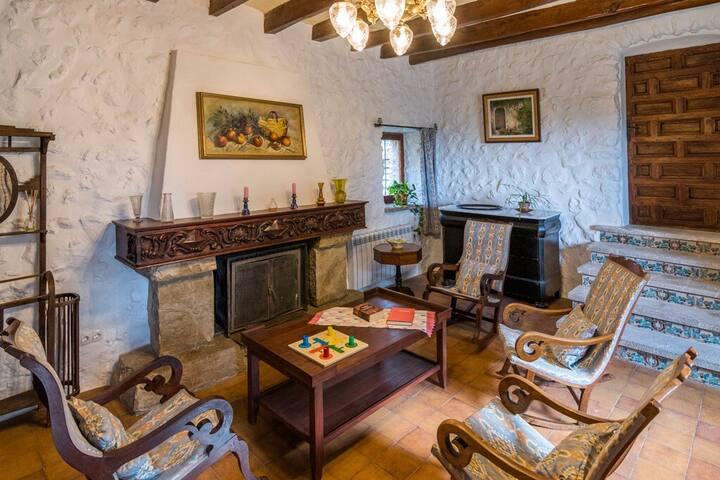 La sala de estar, cocina, comedor y jardines, son zonas comunes a compartir con los otros huéspedes.