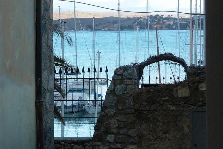 Appartamento sul mare nel centro di Talamone.