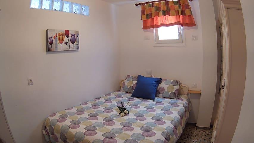 Dormitorio con cama de matrimonio grande