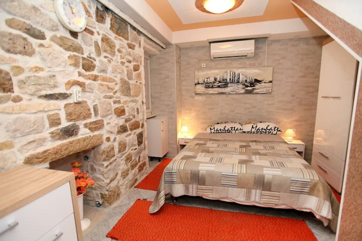 Stony apartment ''Ivana'' in village center - Kaštel Novi - Departamento