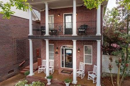 Upscale 4Br Home- Walk to Campus