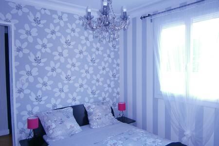 Jolie chambre, calme, dans maison à la montagne