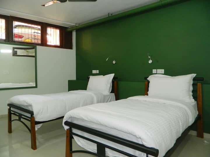 Work friendly Room in Delhi- metro & market nearby