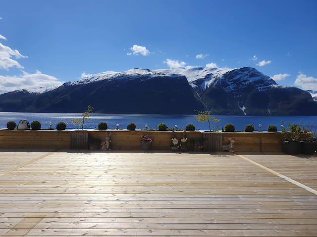 Renovert romslig leilighet med fjordutsikt